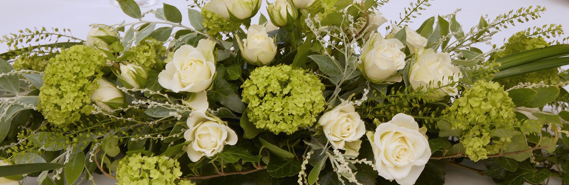 Kukka-asetelma pöydällä