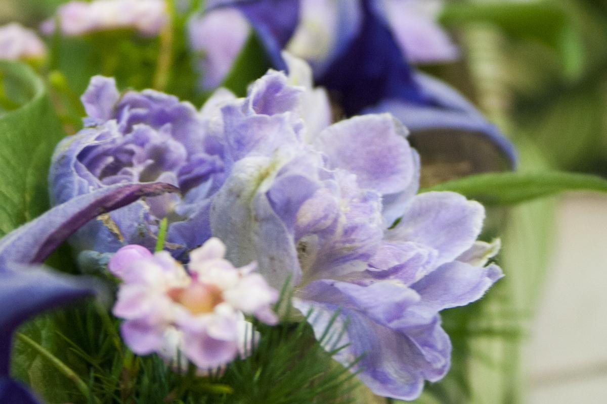 Kukkakauppias tuntee myös hautajaiskukat.