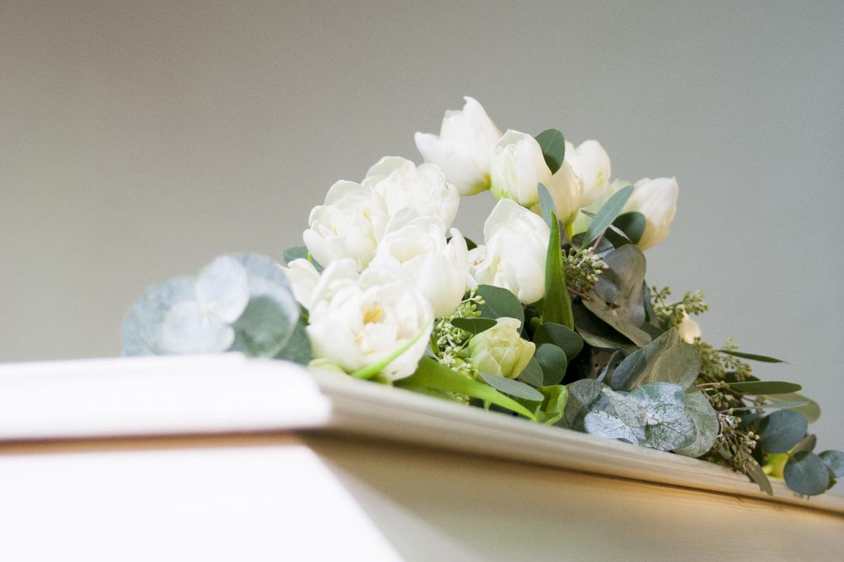 Kauniit, vaaleat kukat ovat viimeinen tervehdys vainajalle.