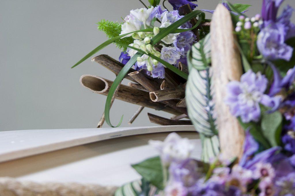 Luonnosta poimitut koristeet sopivat hyvin myös arkkulaitteeseen.