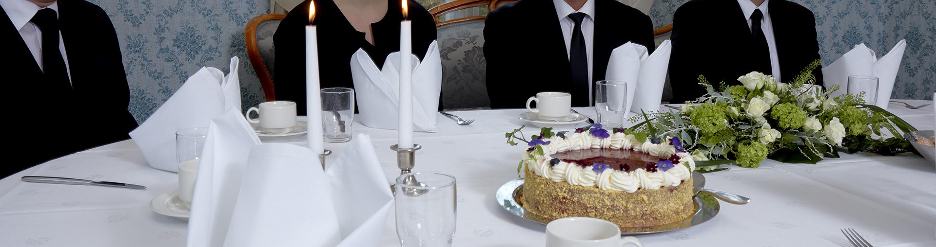 Juhlapöytä hautajaisissa.