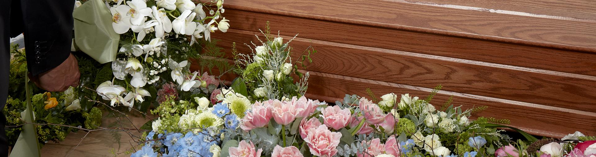 Kauniit kukat valitaan vainajan muistoksi.